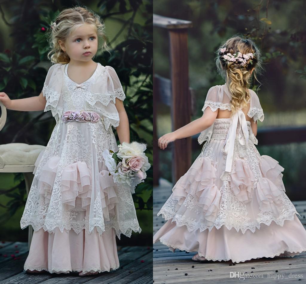 Dusty Pink Bohemia Hochzeit Blumenmädchen Kleider Jewel Neck mit kurzen Ärmeln Vintage Lace Ruffles 2017 Kinder Kinder Geburtstagsfeier Kleid billig