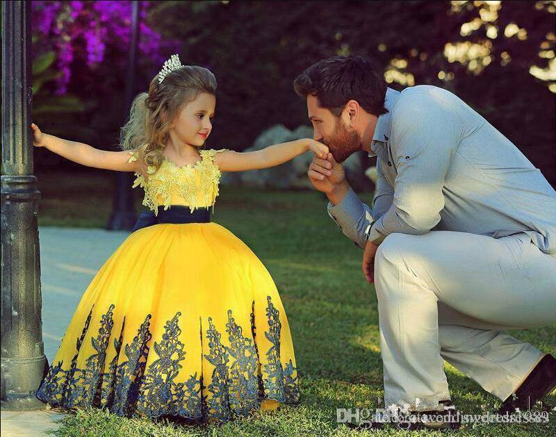 Hot Giallo Little Flower Girls Pageant Dress 2018 Applique Lace Prima Comunione Pageant Lace Cheap Baby Ball Gown Kid Party Girls Abiti