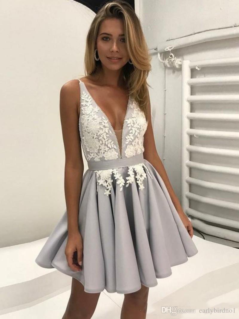 Wunderschöne Silber Arabisch Heimkehr Kleider mit weißer Spitze A-Linie tiefem V-Ausschnitt kurze Abschlusskleider Sexy Chic Cocktailkleid für Party Wear