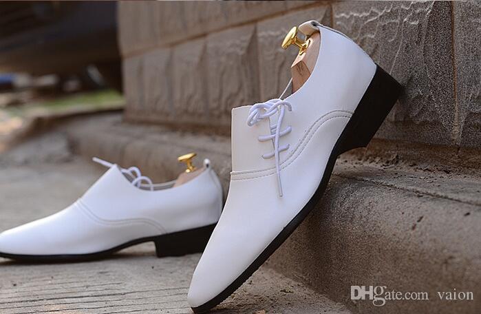 Die weißen Schuhe der NEUEN heißen Verkaufs-Männer, die schwarze und weiße lederne Schuhe der Männer beschuht Einzigartige beiläufige Schuhe der Männer beschuhen Bräutigam