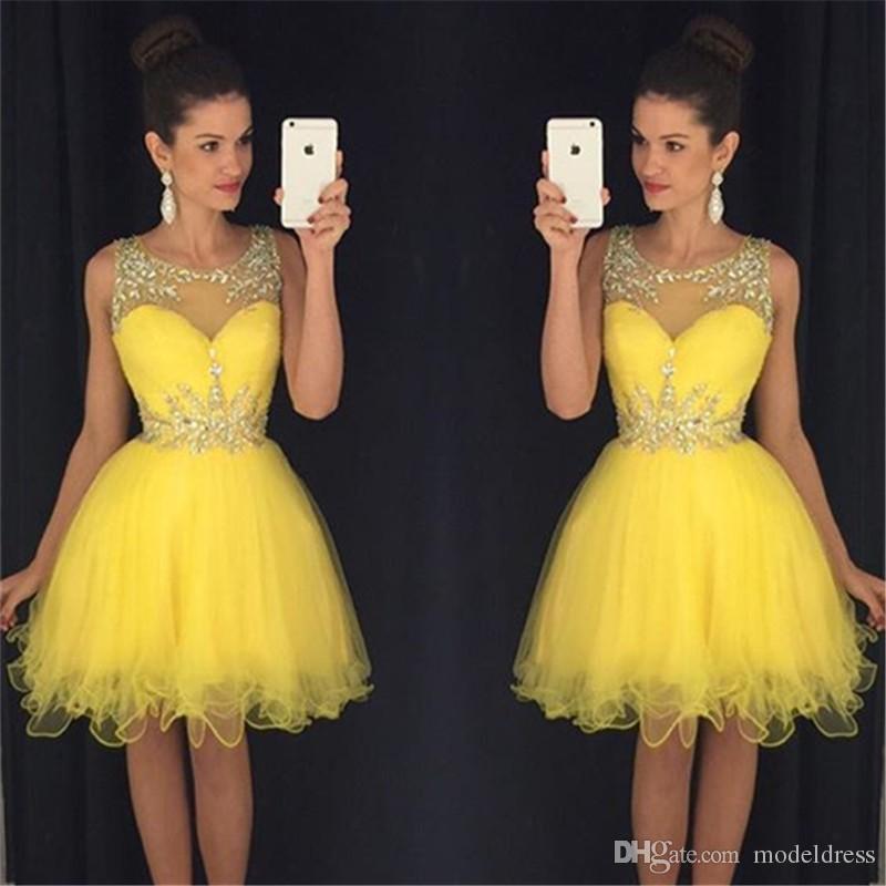 2019 Nueva amarillo corto Fiesta Vestidos Cristales cuello Sheer cuentas verdes vestidos del partido longitud de la rodilla vestido de cóctel baratos Modest imágenes reales