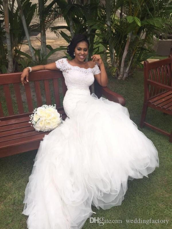 Passform och flare afrikansk sjöjungfru bröllopsklänningar från axelporträtten korta ärmar spets topp ruffled kjol stund brudklänningar