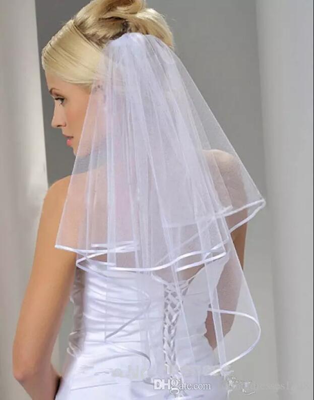 재고 있음 싸게 Tulle White Bridal Veils 2016 빗 팔꿈치 길이 2 층 리본 에지 웨딩 액세서리 새로운 도착