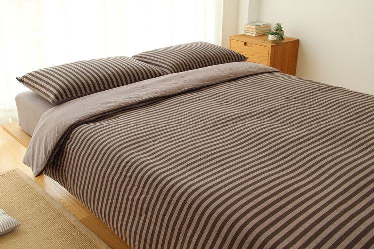 Комплект постельного белья и простыней Комплект постельного белья из домашнего текстиля в полоску из тисненой ткани с однотонным рисунком простой декратация