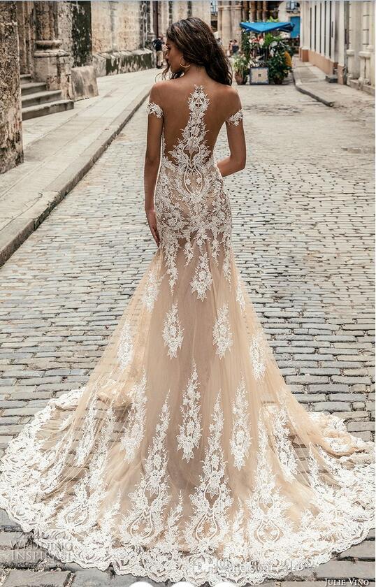 Julie Vino Champagne Sirena blanca Vestidos de novia modestos fuera del hombro Catedral Tren que fluye Cola de pescado Vestidos de boda al aire libre