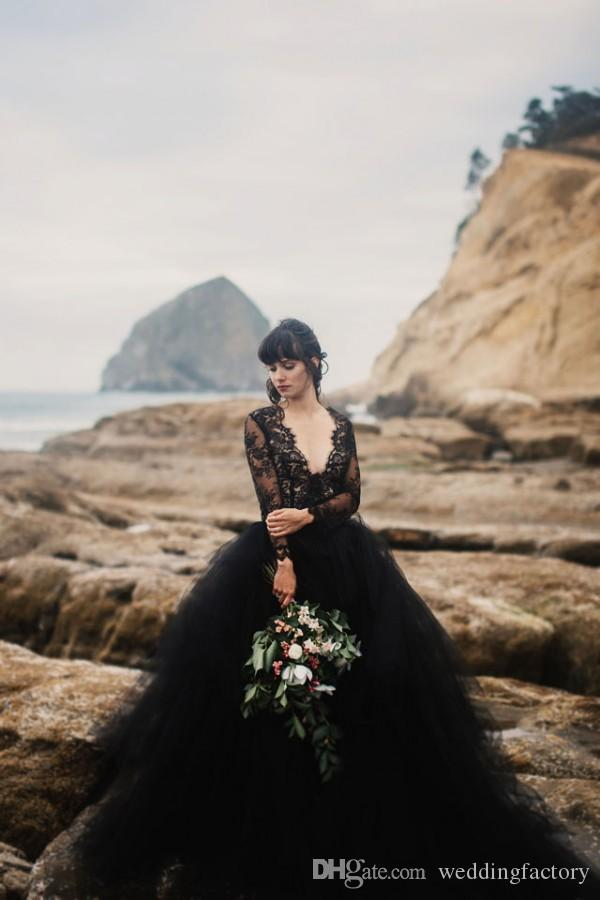 섹시한 2019 비치 블랙 웨딩 드레스 딥 브이 넥 환상 긴 소매 레이스 탑 튈 스커트 고딕 Backless 결혼식 신부 가운 withTrain
