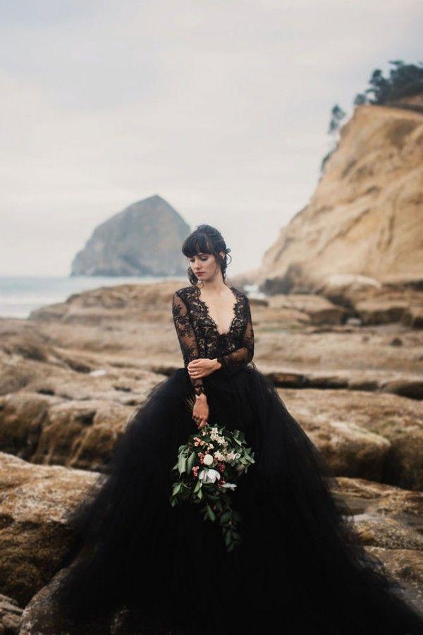Sexy 2019 Plage Robe De Mariage Noir Profonde Col En V Illusion Manches Longues Dentelle Top Tulle Jupe Gothique Dos Nu Mariage Robes De Mariée avec Train