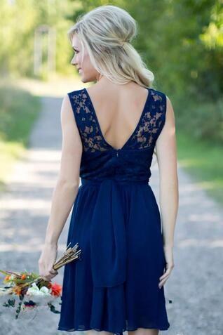 Kungliga Blå Brudtärna Klänningar Sexig Sheer Lace En Linje Baklösa Chiffon Beach Country Style Short Bridesmaids Dress Knee Length