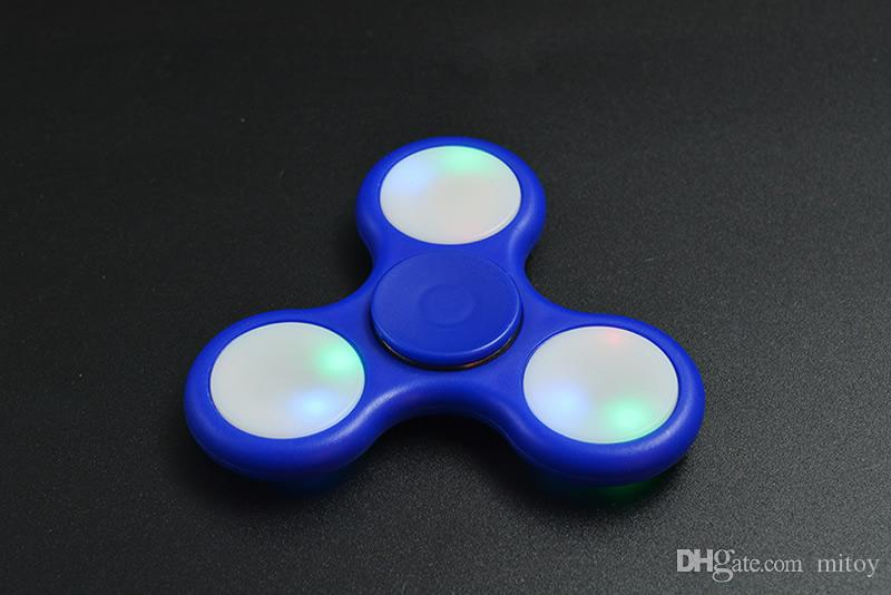 Nouvel Arrvial Glowing Fingertip Gyro Flash LED La décompression américaine éclate en éclats trèfle gyro EDC jouet spot