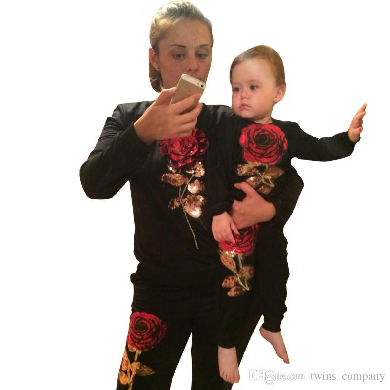 2017 ربيع جديد نمط الأسرة المطابقة وتتسابق الأم وابنتها طويلة الأكمام روز الزهور البلوز + السراويل 2 قطع البدلة