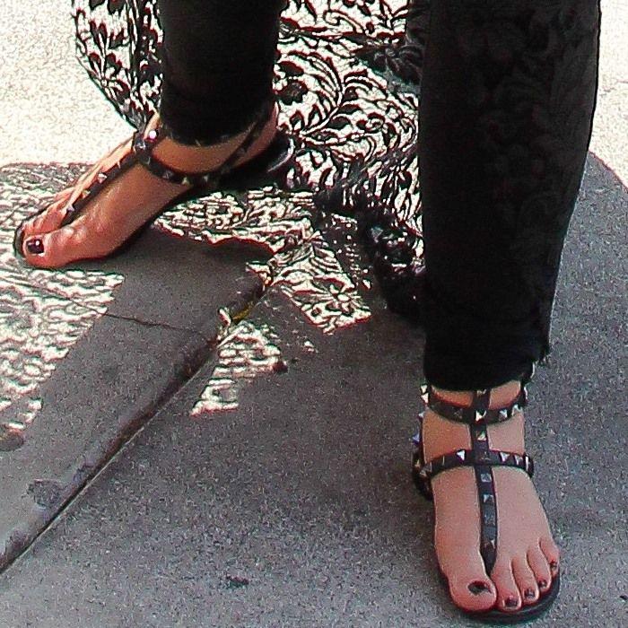 2019 اللون المسامير مسنن المصارع الصنادل المسطحة الأحجار رصع الوجه صندل كبير الحجم مصمم المرأة أحذية رخيصة الصيف