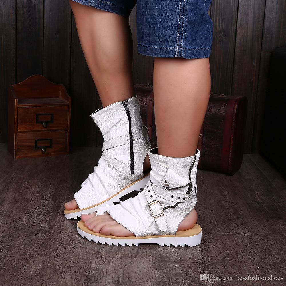 بيع جلد طبيعي المصارع الصنادل للرجال أسود أبيض الكاحل الرجال الشقق الأحذية الإيطالية الصنادل المسامير رجل النعال دراجة نارية الأحذية 38-46