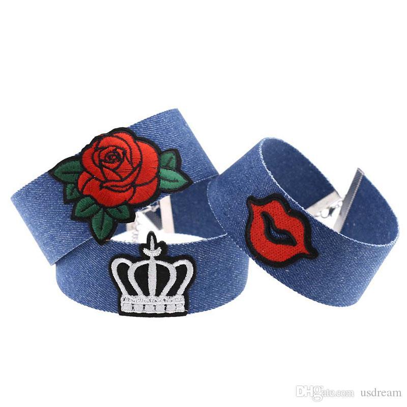 c9d0f072c134 Compre Nuevo Collar Azul Del Collar Del Ahogador Del Bordado Del Dril De  Algodón Corazón Fresco Del Diamante Del Corazón De La Bandera Nacional  Corona De La ...