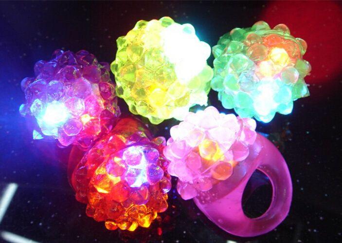 LED Fraise Clignotant Anneaux Lumière Clignotant Partie Douce Lumière Up Glow Jelly Doigts Anniversaire Fun Décoration De Partie De Couleur Aléatoire