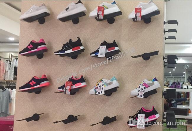 Großhandelsfreizeitschuhe des Turnschuhs Ausstellungsstandgestellmetallschuhe auf den Wandausstellungsständen, die Halterregal für Schuhgeschäft J-01 zeigen