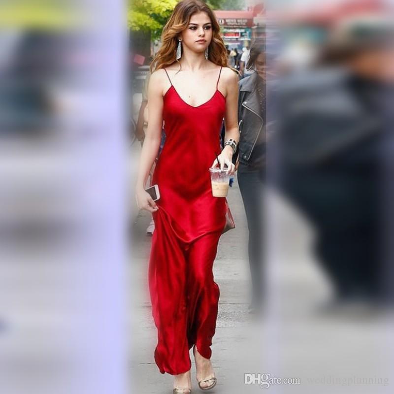 Selena Gomez sfreccia in due abiti da promenade rosso cremisi sparare a Street Style Dress
