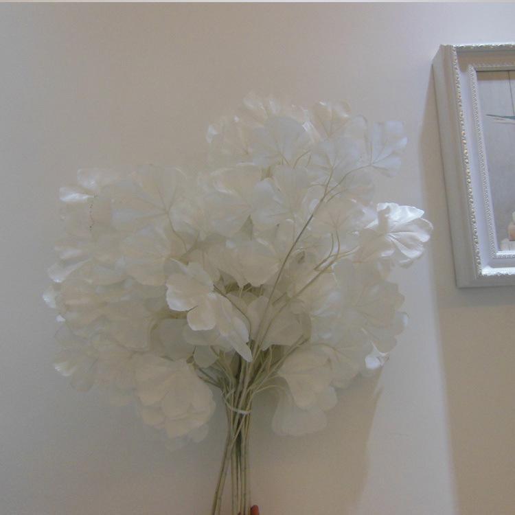 Feuilles de ginkgo artificielles sur la décoration de la maison blanc bouquet de mariage
