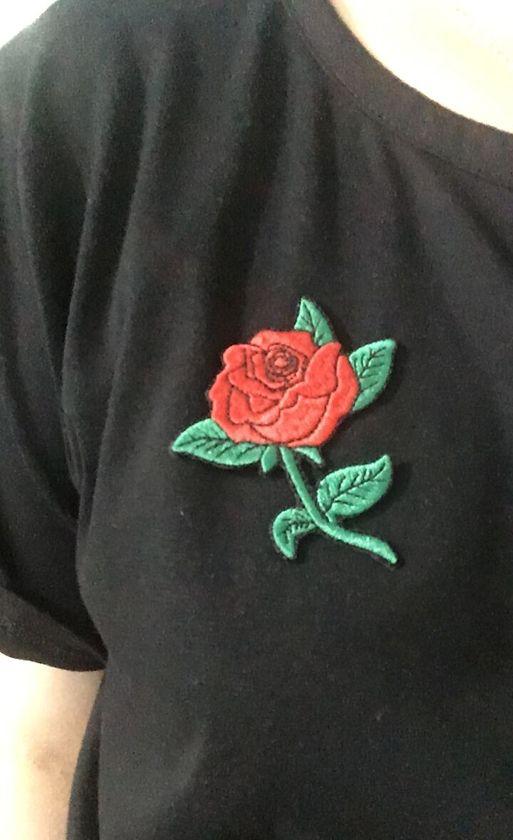 SCHÖNE ROTE ROSE PFLANZENJACKE JEAN BAG Gesticktes Eisen auf T-Shirt oder Bknit Kappe Beanies Patch +