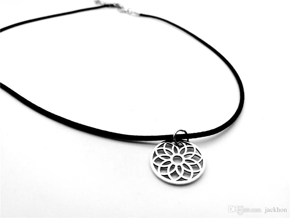 10 STÜCKE Einfache Hohle Linie Rose Sun Blütenblatt Halskette Metall Floral Fun Daisy Sonnenblumen Lotus Dreamcatcher Lederseil Halsketten