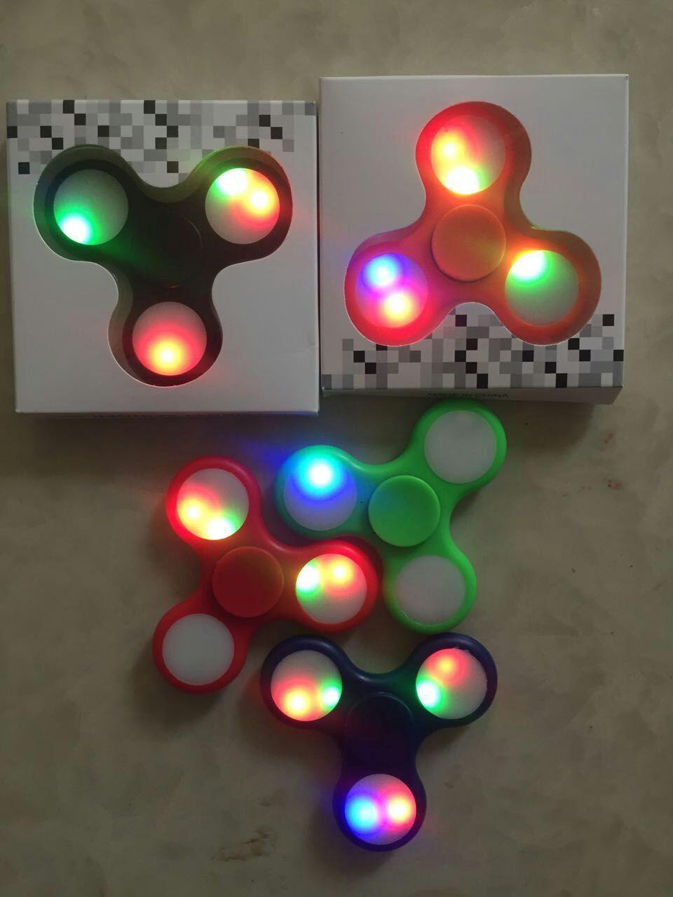 2017 Sıcak Yeni Light up El Spinners LED Parlak Fidget Spinner Üçgen Parmak Spinner Renkli Çift taraflı ışık Dekompresyon Oyuncaklar