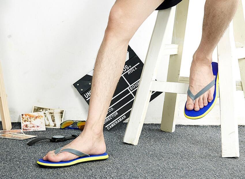 Sommer neue Charaktere drehen männliche Anti-Rutsch-Wohnung mit beiläufigen flachen Herrenhausschuhe Flut Strandschuhe