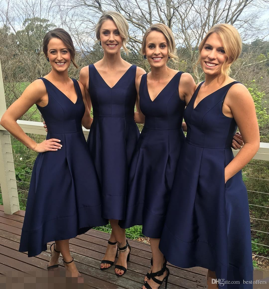 네이비 블루 저렴한 신부 들러리 드레스 2019 주머니와 정원 높은 낮은 태 피터 정원 소박한 하녀 명예 드레스 우아한 V 목 웨딩 게스트 드레스