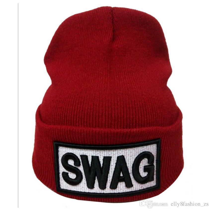 Compre Alta Elastic Adulto Beanie SWAG Carta Chapéus Quentes Casuais  Inverno Quente Beanie Hip Hop Suporta Bordados 3D Sua Marca LOGOTIPO Caps  De ... 9a7f33a5a60