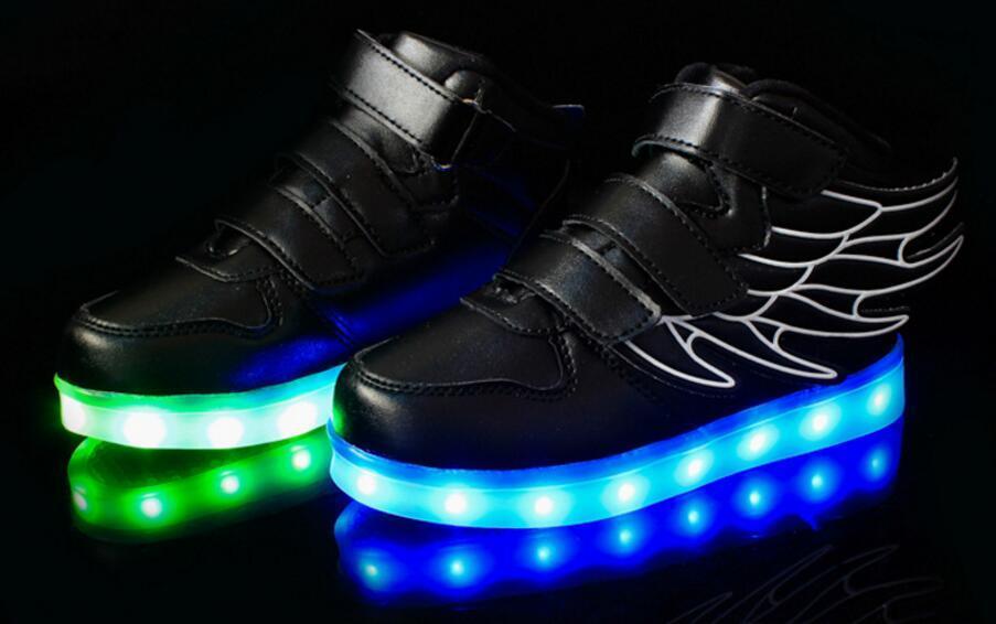 Nuove e nuove scarpe flash a LED con ricarica USB Il ciclo a sette colori lampeggianti ricaricare le batterie e le donne della batteria al litio integrate
