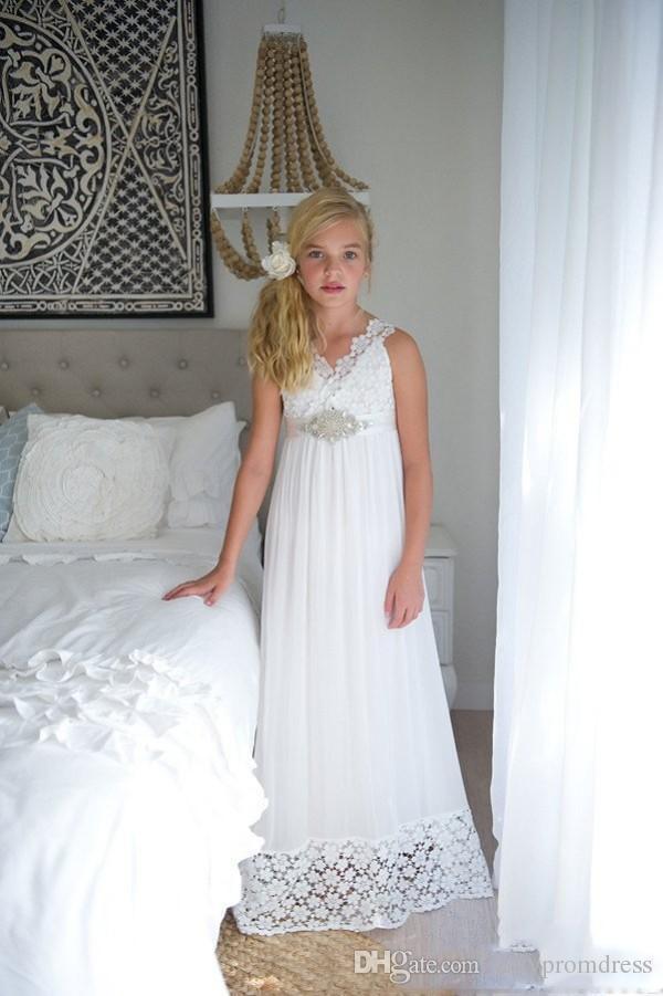 Basit Dantel İmparatorluğu Plaj Düğün Çiçek Kız Elbise 2018 v Boyun Uzun Kızlar Pageant Törenlerinde Ile Boncuklu Kemer Askıları Geri Doğum Günü Partisi Elbise