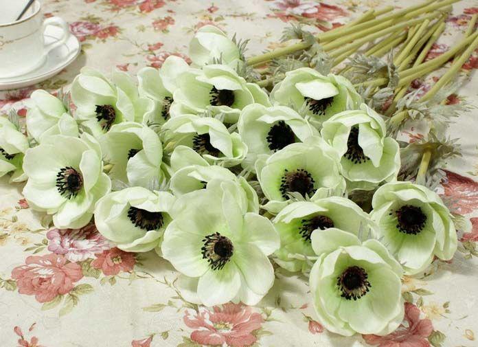 Gratis por DHL Bouquet de anémonas suaves al tacto en blanco con centros en negro.