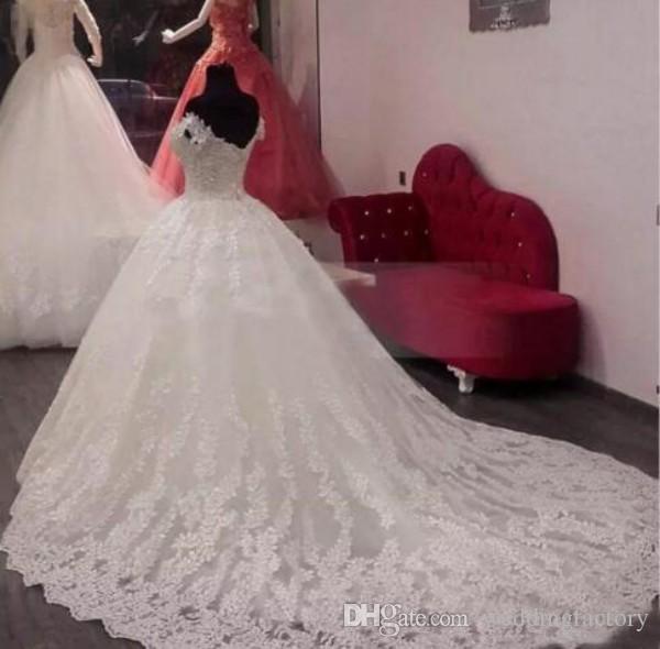 Robes de mariée Vintage Lace Ball robe de l'épaule Arabe exquis Applique de mariée Tulle Applique mariée avec Custom Train