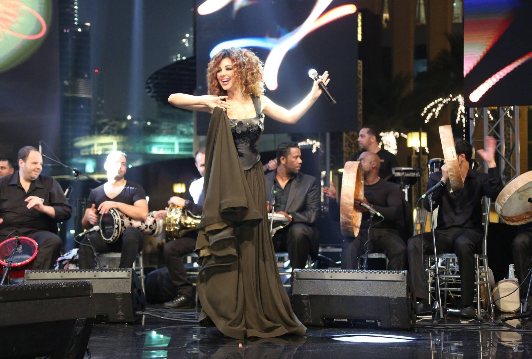 الفراء الأسود والشيفون حزب اللباس لبنان المغني سيريام فارس نفس النمط الأمراء حفلة موسيقية فساتين مخصص مثير أثواب السهرة الجلدية
