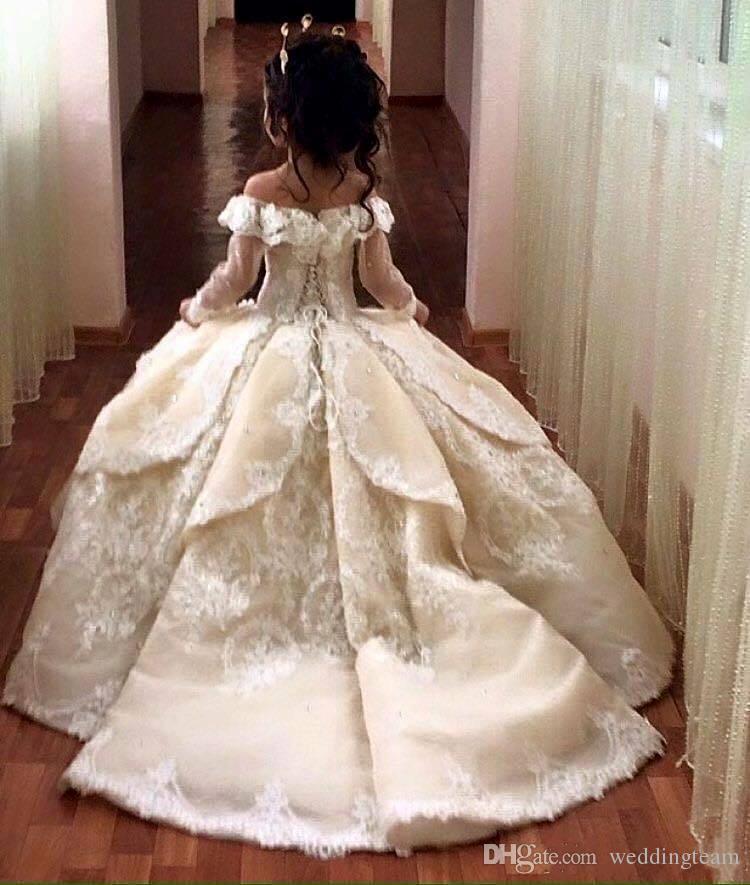 Abiti da cerimonia di appliqued in pizzo vintage con maniche lunghe Abito di sfera Flower Girl Dress Off Shoulder Sweep Abiti da comunione bambino primi comunioni