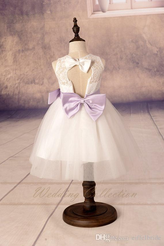 2017 사용자 지정 꽃 소녀 드레스 사랑스러운 깎아 지른듯한 흰색 레이스 보석 목 예쁜 A 라인 열기 뒤로 귀여운 라일락 보우 리본 친목 드레스 여자에 대 한