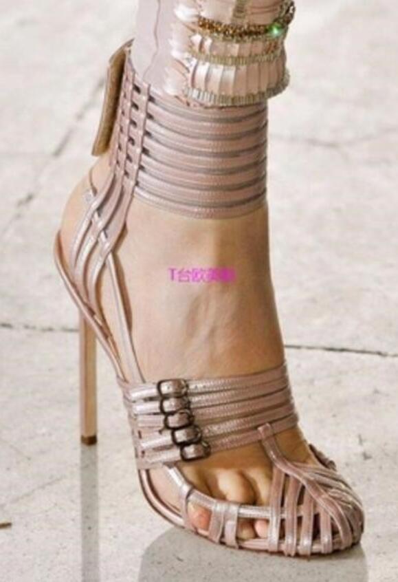 2017 Lady Sandals Fashion Women Gladiatore Tacchi alti Tagli fuori le scarpe Adorable Buckle pumps Fretwork con tacco