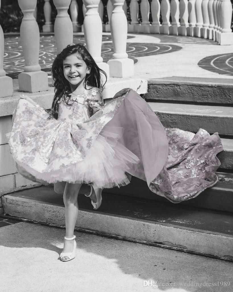 Le ragazze adorabili del fiore del pizzo di Tulle alto basso adorano il vestito lungo di spettacolo delle ragazze del manicotto del vestito 2019 poco costoso abito convenzionale del partito di usura della ragazza