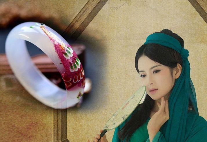 Национальный ветер белый агат павлин Мозаика цветного рисунка или узор широкого браслета. Красивая женщина любовь