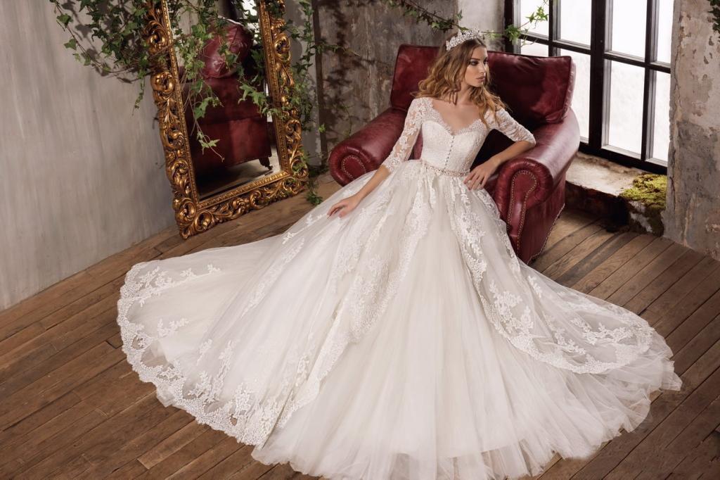 2017 White Lace Vintage Bridal Dresses V-Neck Collar Elegant 3/4 Long Sleeves Wedding Gowns Peplum Tiered Ruffle Custom Made Wedding Dresses