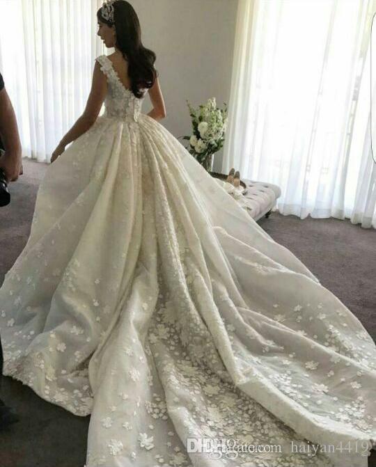 2017 Luxury Ball Gown Abiti da sposa Scoop Neck senza maniche in pizzo Appliques 3D fiori floreali in rilievo Cattedrale treno Plus Size Abiti da sposa