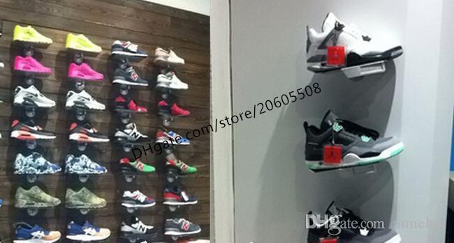 Schuhgeschäft Sneaker beiläufige Schuhe Ausstellungsstandgestellmetallschuhe auf der Wandanzeige, die freies Verschiffen des Halterregalpreis-Aufklebers zeigt