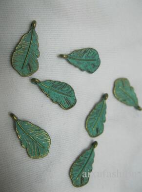 Componentes de los hallazgos de la joyería 100 unids / lote 22 * 7mm Nuevo Retro Verdigris Patina Patina Aleación de zinc Alloy Green Feather Encantos de plumas de bricolaje Accesorios de joyería