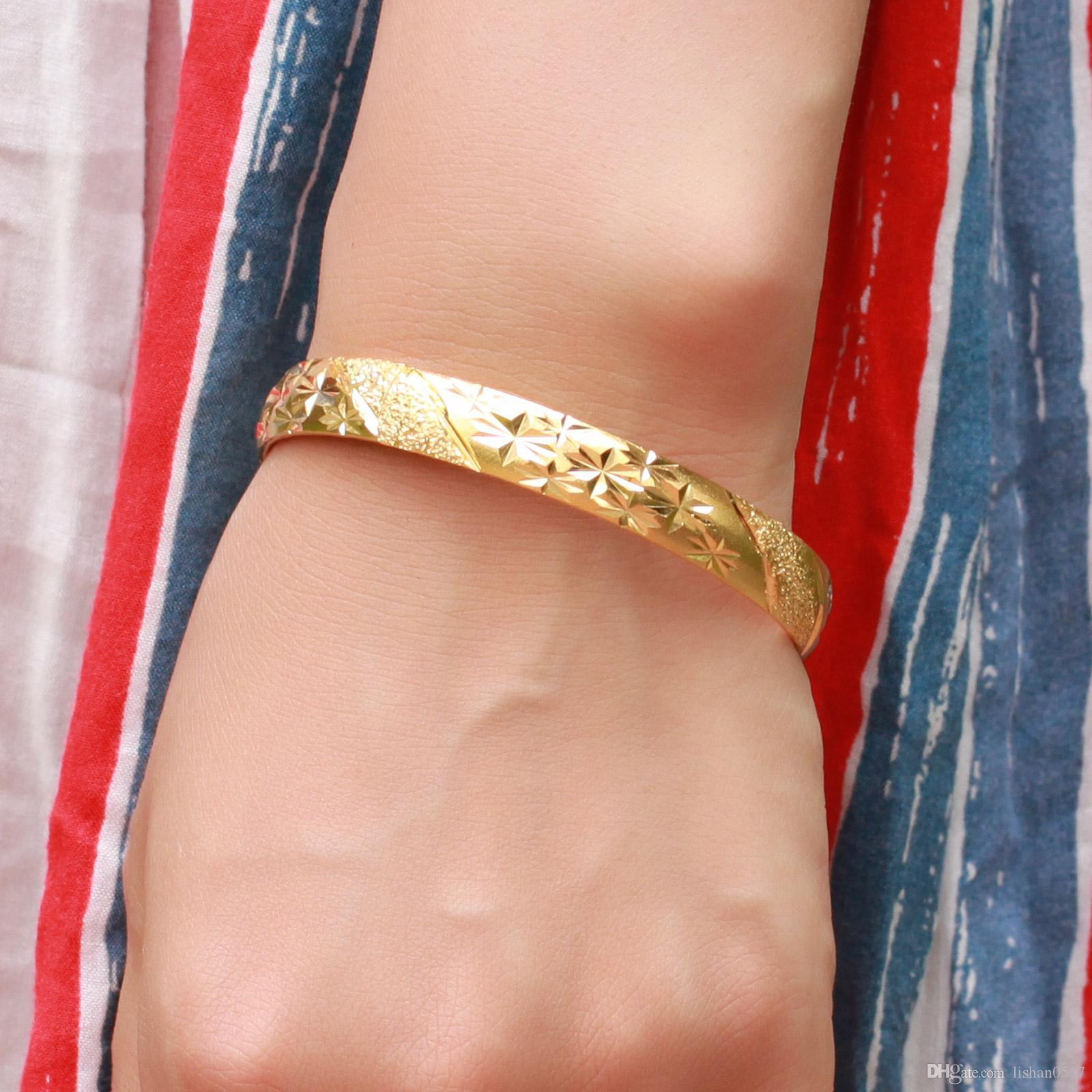 Toptan - 2 adet / grup charm bilezik bayan Takı 18 k Sarı Altın Dolgulu bayan Manşet Bileklik 60mm kadın HandCarved Bilezik 10mm Geniş