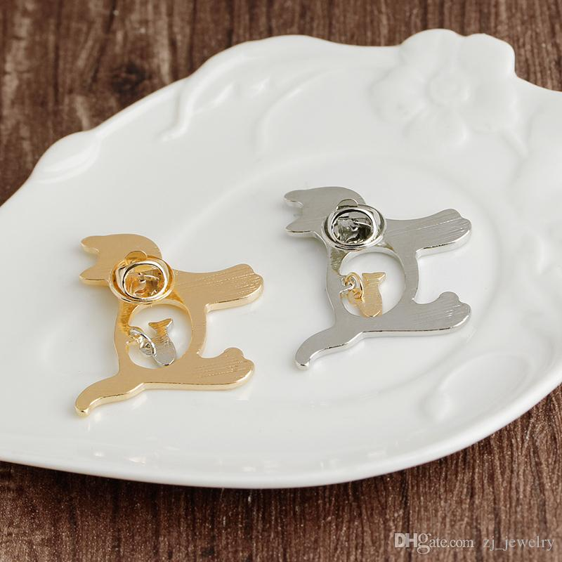 Creative Cat Holding a Fish Pin Brooch Tie Tack Lapel Pin Cute Fish Badge Jewelry Backpack Pins Gold Silver Cartoon Animal Gift