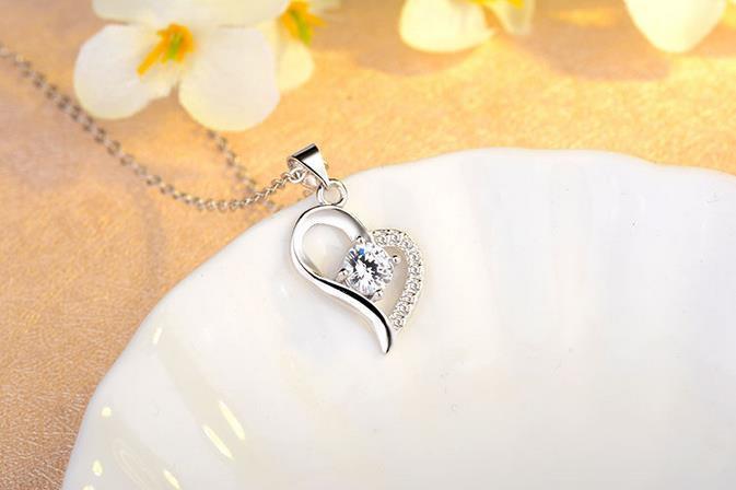La nouvelle mode zircon en forme de coeur chaîne de clavicule diamant imitation diamant, diamètre 6cm, largeur d'environ 15cm, environ 26cm Collier pendentif