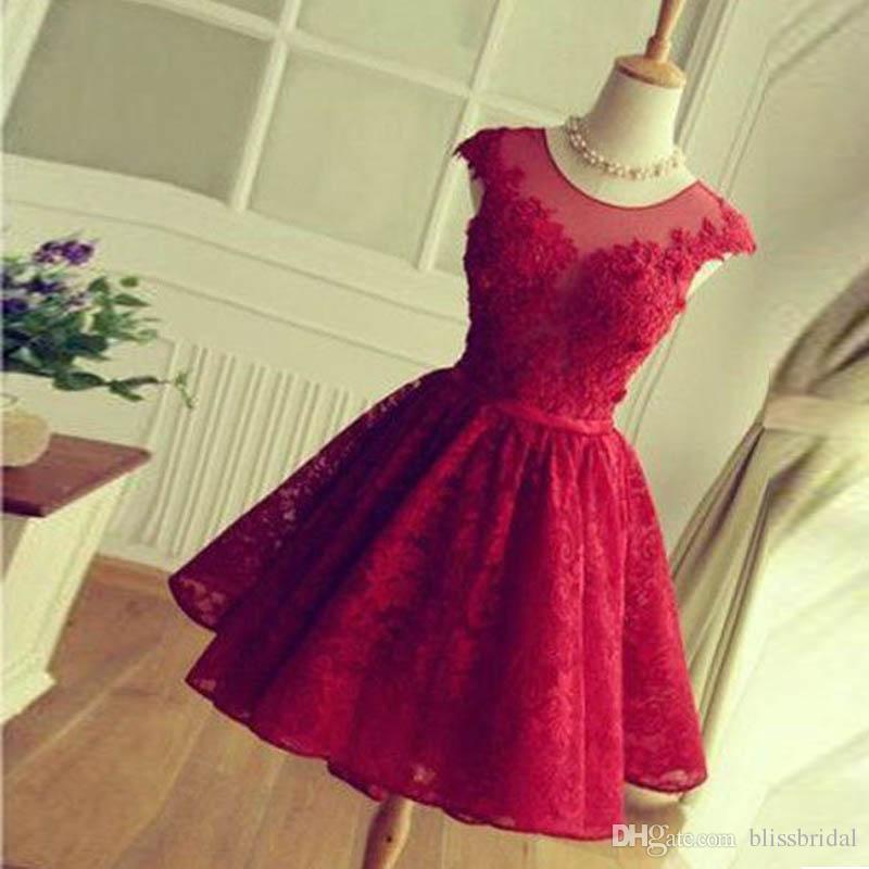Uma linha rodada Sheer Neck Curto Red Lace Prom Dress mangas vestido de dama de honra Simples Na Altura Do Joelho Oco Voltar com Lace-up Vestidos Homecoming