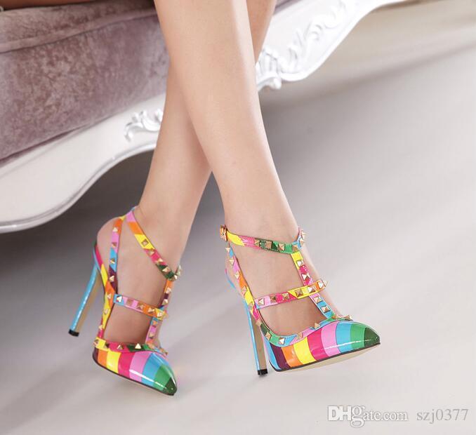 La banda sexy della stella dell'estate di trasporto libero ha indicato i pattini colourful del ribattino dei sandali dell'arcobaleno dei pattini col tacco alto all'ingrosso e al minuto