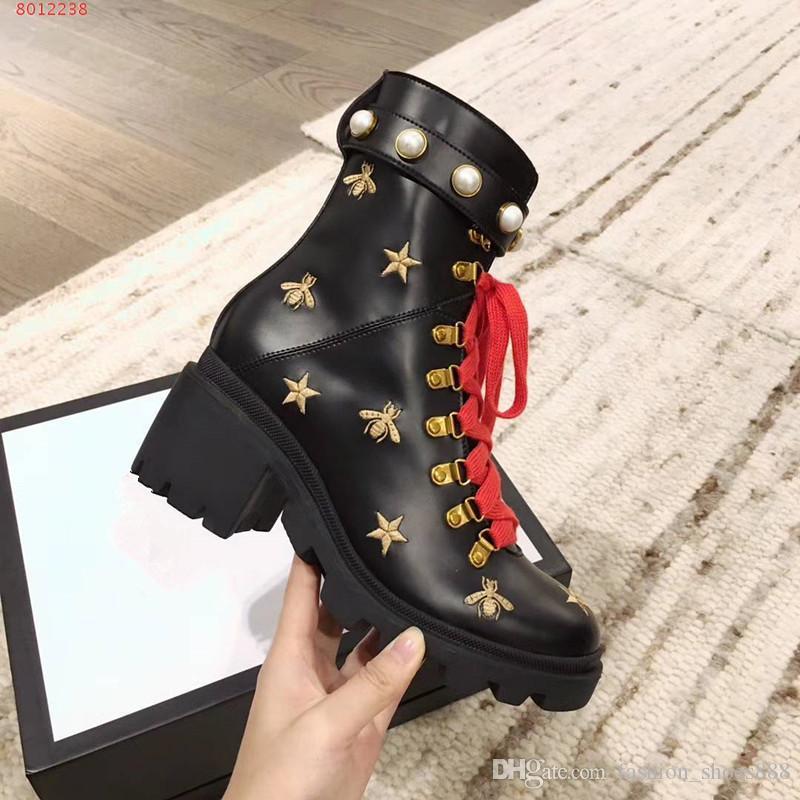 Mode Stiefel aus Leder für Frauen gemacht. Dekoriert mit Perlen und Biene Applikationen. Bitte kontaktieren Sie uns für weitere Informationen