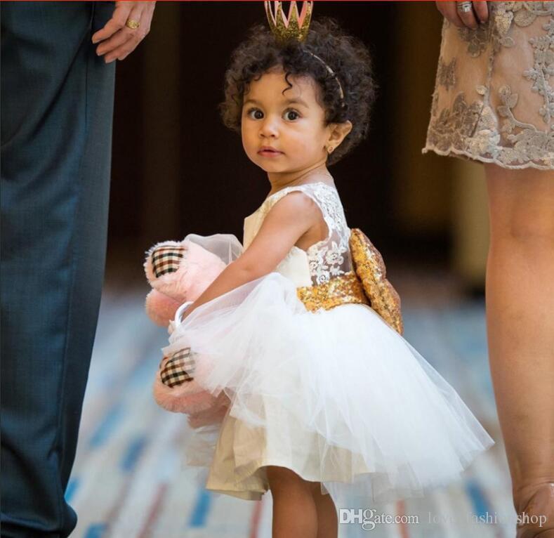 小さな赤ちゃんの女の子のスパンコールの大きなちょう結びの王女のドレス子供たちのノースリーブの背中のレースのプロムパーティーのウェディングドレス子供服の服