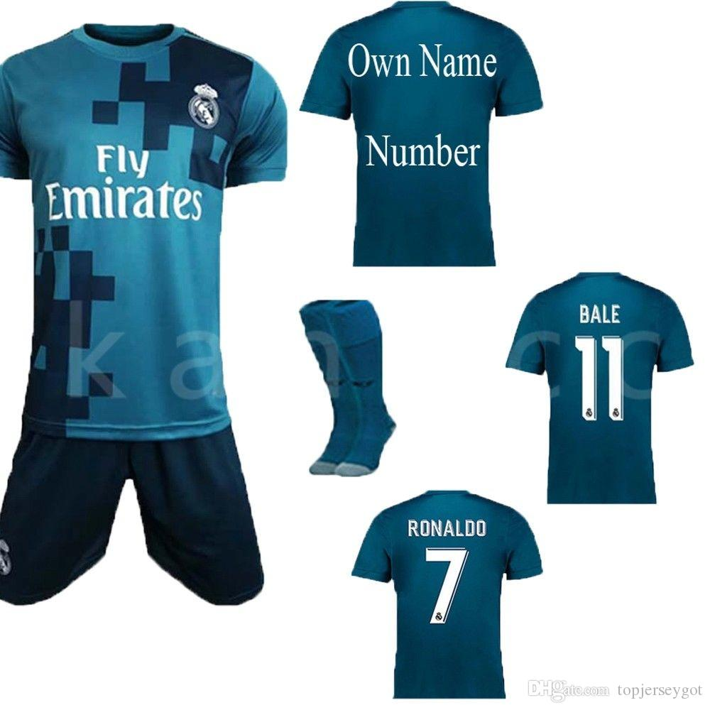 3372a23d1d53e Camisa De Fútbol De Madrid Hombre Set De Fútbol Cristiano Ronaldo 7    Sergio Ramos 4   Isco 22   Tercera Camiseta Alternativa Y Pantalón Tamaño  Pequeño ...