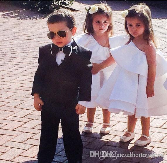 Nette Mini Blume Mädchen Kleid für Hochzeiten eine Schulter knielangen Erstkommunion Kleider Satin schöne Mädchen Pageant Kleider